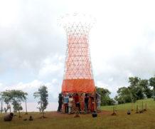 Torre de bambu que gera água potável